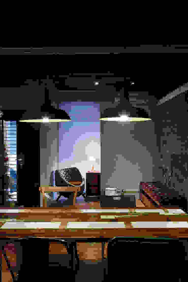 吊燈最能散放溫暖的溫度,在冷冽的空間中更顯溫度 根據 弘悅國際室內裝修有限公司 工業風 銅/青銅/黃銅