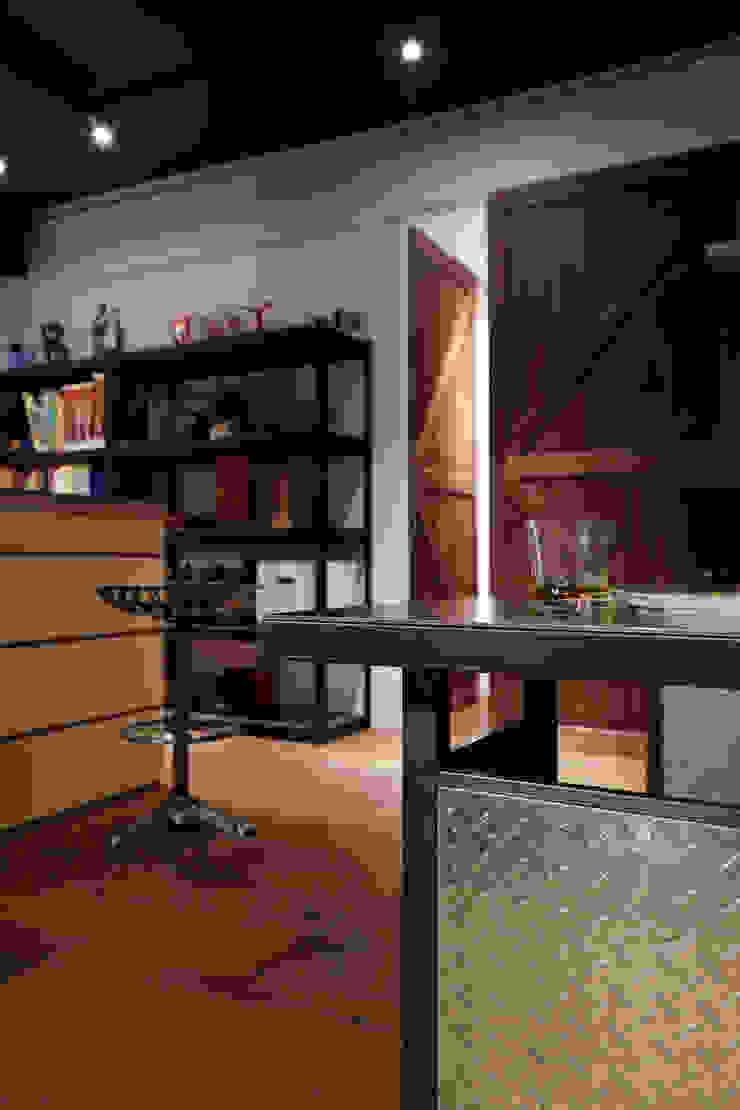 材質的不同與顏色的不同自然能有豐富的平衡感 根據 弘悅國際室內裝修有限公司 工業風 合板