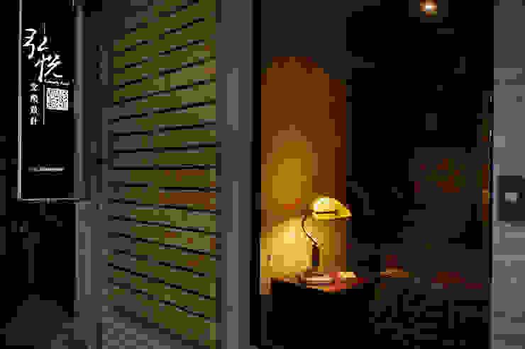 永遠記得留一盞燈給你最愛的家人,這個角落希望也能溫暖冬雨行經的路人: 產業  by 弘悅國際室內裝修有限公司, 工業風 玻璃