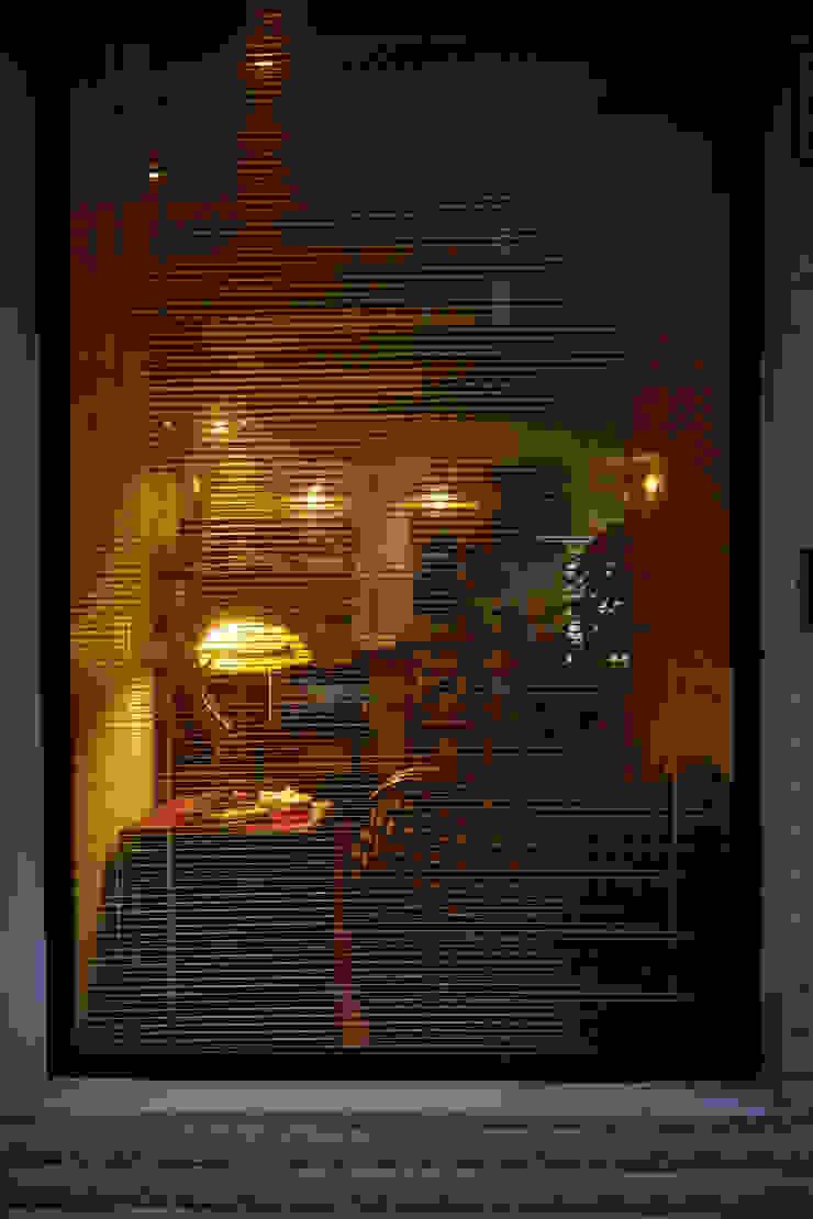 唯一與之對外的連結也能是一個櫥窗,展示著對於空間溫度的期許: 產業  by 弘悅國際室內裝修有限公司, 工業風 鋁箔/鋅