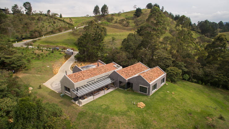 Industrial style houses by toroposada arquitectos sas Industrial