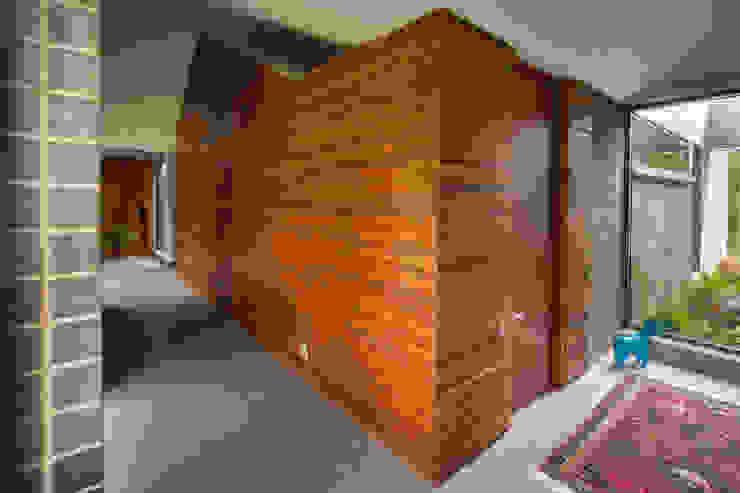 Casa La Querencia: Paredes de estilo  por toroposada arquitectos sas ,
