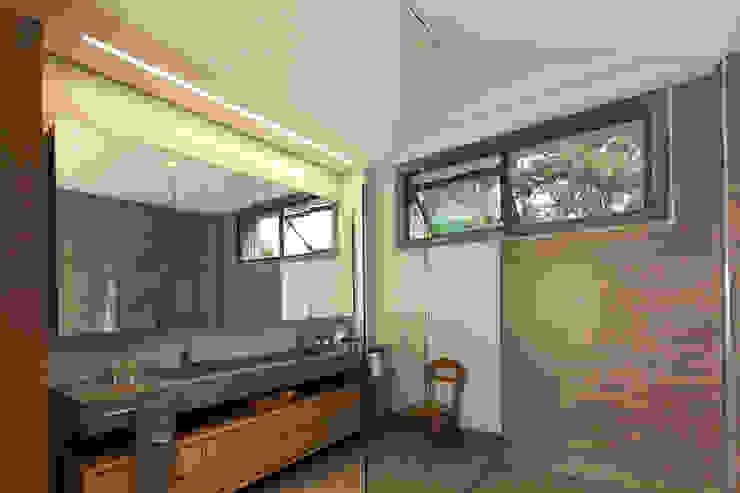 Casa La Querencia toroposada arquitectos sas Baños de estilo industrial