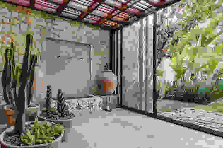 Paisagismo Residencial Jardins tropicais por Le Jardin Arquitectura Paisagística Tropical