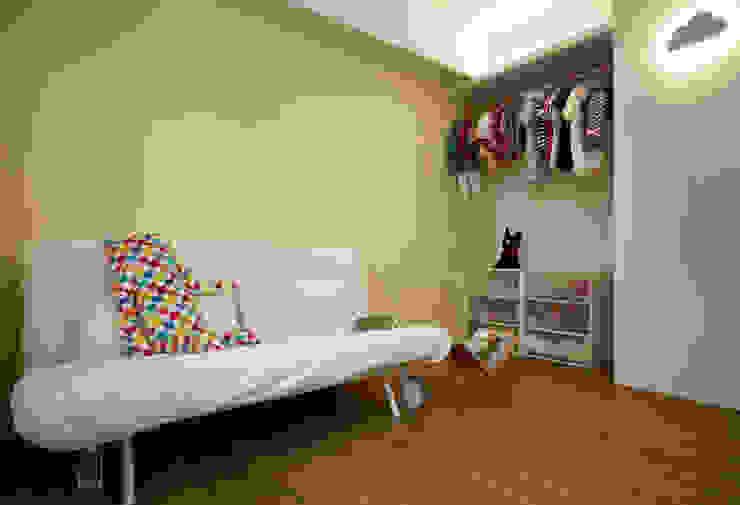 為了成長而預留的空白,使用簡單的傢俱滿足目前的使用需求,未來更能依照狀況調整 根據 弘悅國際室內裝修有限公司 現代風 水泥