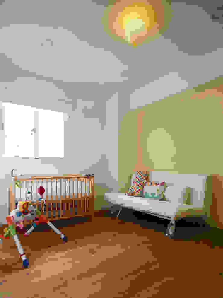 保留大面積的活動空間滿足好動的小嬰孩 根據 弘悅國際室內裝修有限公司 現代風 水泥