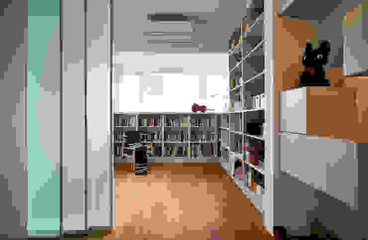 透過玻璃材質延伸與區隔室內的空間尺度 根據 弘悅國際室內裝修有限公司 現代風 OSB