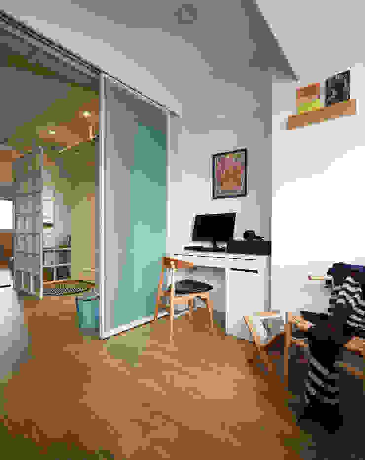 簡約的空間利用通透輕盈的玻璃拉門營造不同的使用區分及視覺感受 根據 弘悅國際室內裝修有限公司 現代風 玻璃