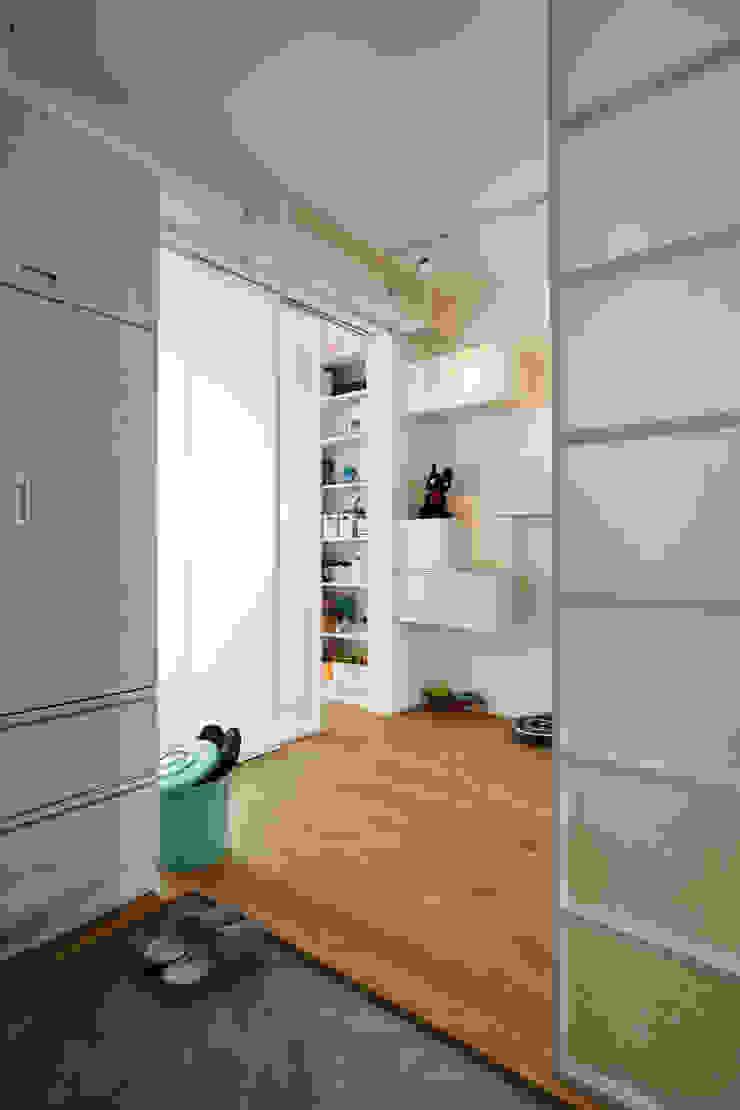 簡單的線條豐富視覺感受,能引進戶外的陽光讓空間更顯明亮 現代房屋設計點子、靈感 & 圖片 根據 弘悅國際室內裝修有限公司 現代風 玻璃