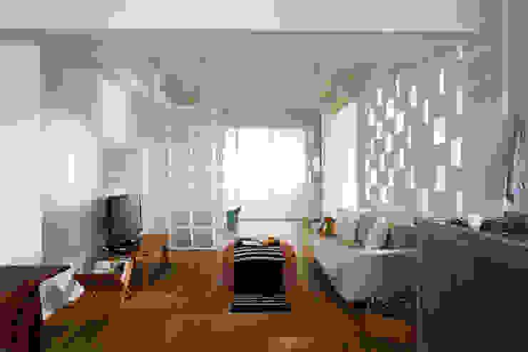 只有多樣重複的幾何圖形透過光影產生連結 现代客厅設計點子、靈感 & 圖片 根據 弘悅國際室內裝修有限公司 現代風 磚塊