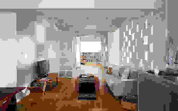 打開了隔間讓室內視野的延伸更向前一步 现代客厅設計點子、靈感 & 圖片 根據 弘悅國際室內裝修有限公司 現代風 玻璃