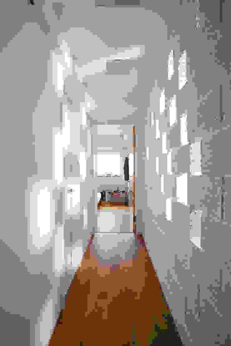 反過來的光線鋪陳增添另一面不同的情趣 現代風玄關、走廊與階梯 根據 弘悅國際室內裝修有限公司 現代風 磚塊