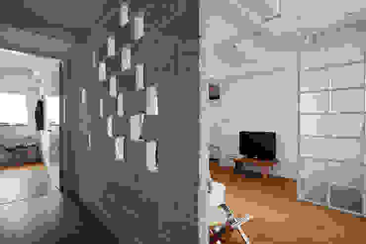 偶爾點綴的磚牆粗糙紋理透過光線的演繹形塑輕鬆自然的居家感受 現代風玄關、走廊與階梯 根據 弘悅國際室內裝修有限公司 現代風 磚塊