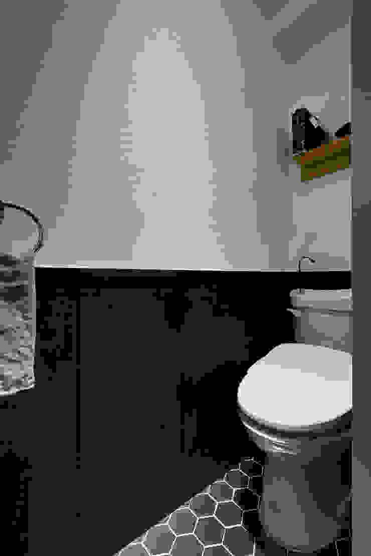這是一個純日式衛生間的概念,粗糙的牆面相同的呼應了光影的紋路 現代浴室設計點子、靈感&圖片 根據 弘悅國際室內裝修有限公司 現代風 合板
