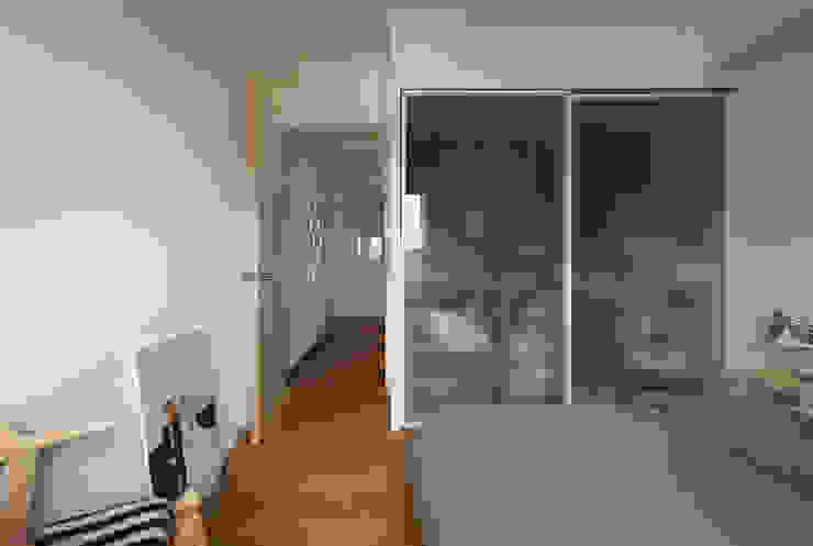 或許不少人認為衣櫃內的收納應該遮蔽起來,但是通透的材質卻讓空間不顯狹小 根據 弘悅國際室內裝修有限公司 現代風 玻璃