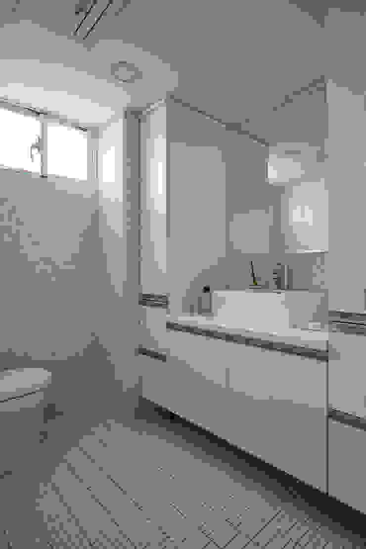 不同形狀的純白磁磚營造清爽潔淨的衛浴空間 現代浴室設計點子、靈感&圖片 根據 弘悅國際室內裝修有限公司 現代風 磁磚