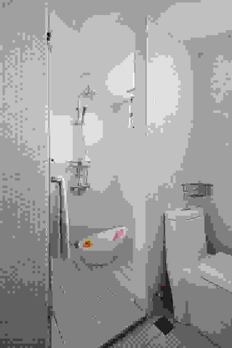透過光線的折射在空間自然顯露出磁磚材質的變化與紋理 現代浴室設計點子、靈感&圖片 根據 弘悅國際室內裝修有限公司 現代風 磁磚