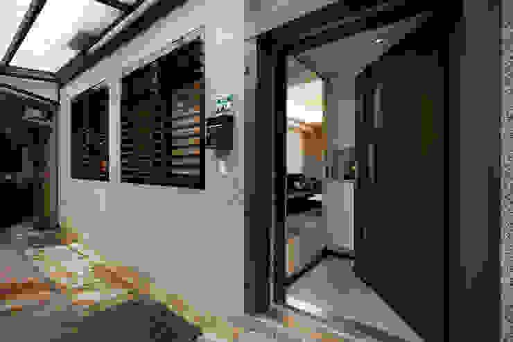 透過傳統抿石的自然紋理與格柵防盜窗形塑日式簡約的外在形象 by 弘悅國際室內裝修有限公司 Asian Concrete