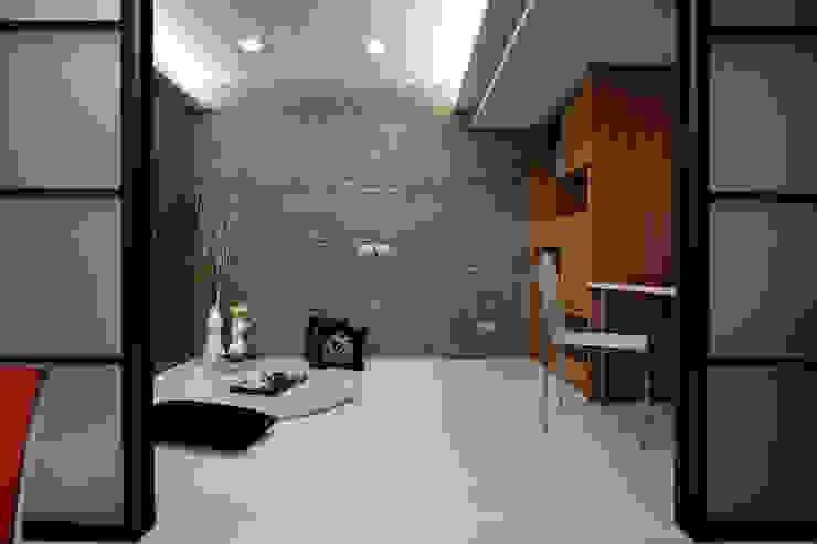 孩子長大了自然有自己的想法,和室臥榻養成規律的生活習慣,若有必要也能成為共同活動的場域 Modern style bedroom by 弘悅國際室內裝修有限公司 Modern Tiles
