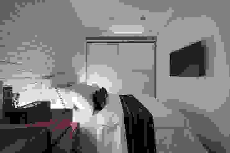 在光線的襯托之下,透過材質、紋理、色調的變化形成舒適的休憩場域 Modern style bedroom by 弘悅國際室內裝修有限公司 Modern Plywood