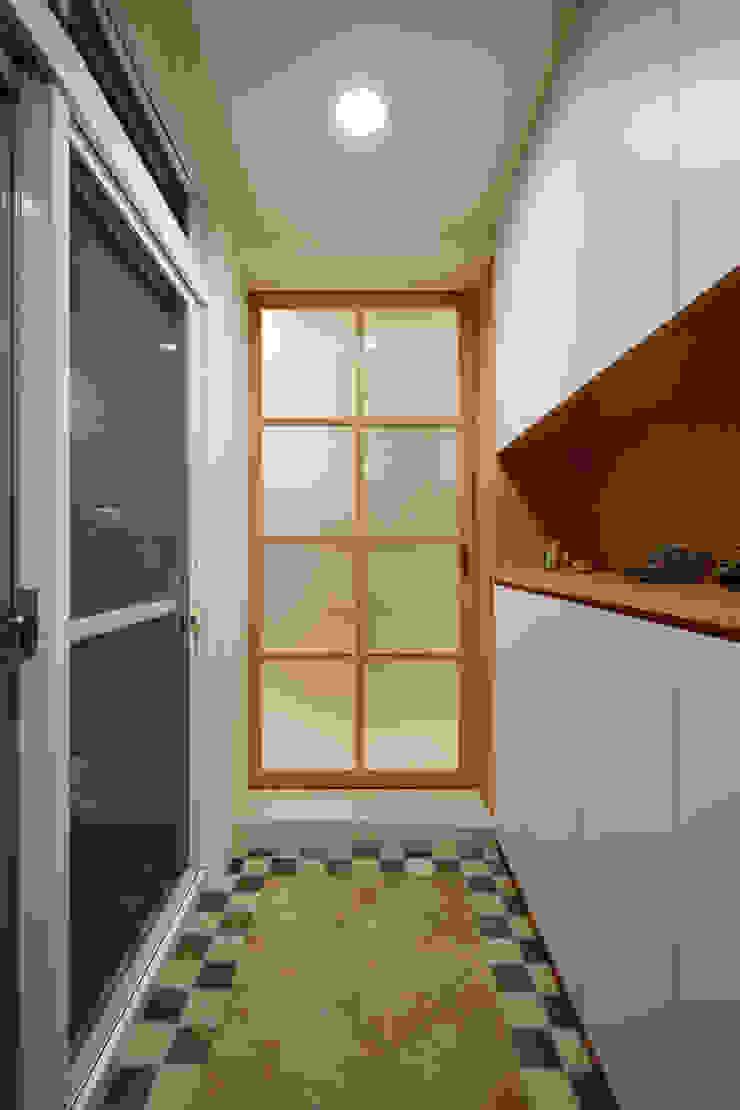 玄關對應著兩個入口,收納是一個部分,另一個部分是白色與木作的搭配 亞洲風玄關、階梯與走廊 根據 弘悅國際室內裝修有限公司 日式風、東方風 木頭 Wood effect