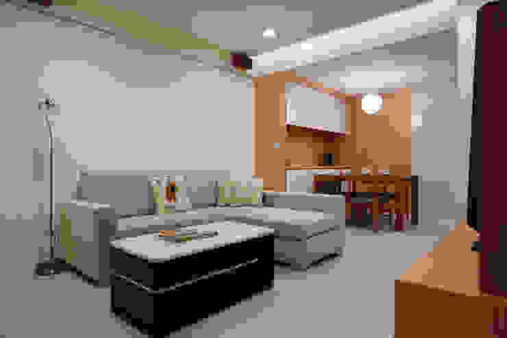 用顏色把客廳與餐廳區隔出來,單層的小坪數也是溫馨舒適 Asian style living room by 弘悅國際室內裝修有限公司 Asian Wood Wood effect