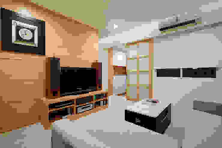 因為喜歡木頭溫潤的質感,所以電視櫃只有簡單的單一色系 Asian style living room by 弘悅國際室內裝修有限公司 Asian Wood Wood effect