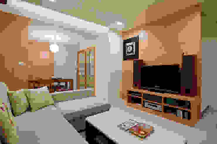 樓梯下也是收納的小倉庫,廚房的拉門增加媽媽與孩子之間的互動 根據 弘悅國際室內裝修有限公司 日式風、東方風 木頭 Wood effect