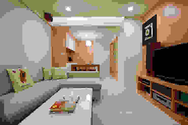全家人共同使用的留言板,偶爾天真可愛的隨手塗鴉亦是有趣的家裝 Asian style dining room by 弘悅國際室內裝修有限公司 Asian Glass