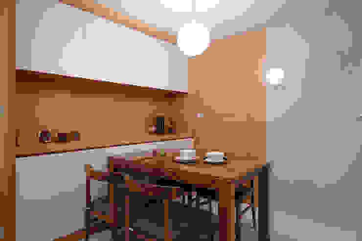 餐廳後的衛生間也是遮擋起來比較清爽 Asian style dining room by 弘悅國際室內裝修有限公司 Asian Wood Wood effect