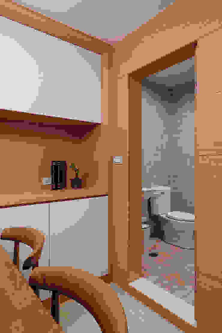 簡單的衛生間藉由隱藏的形式兼顧著實用性 根據 弘悅國際室內裝修有限公司 日式風、東方風 磁磚