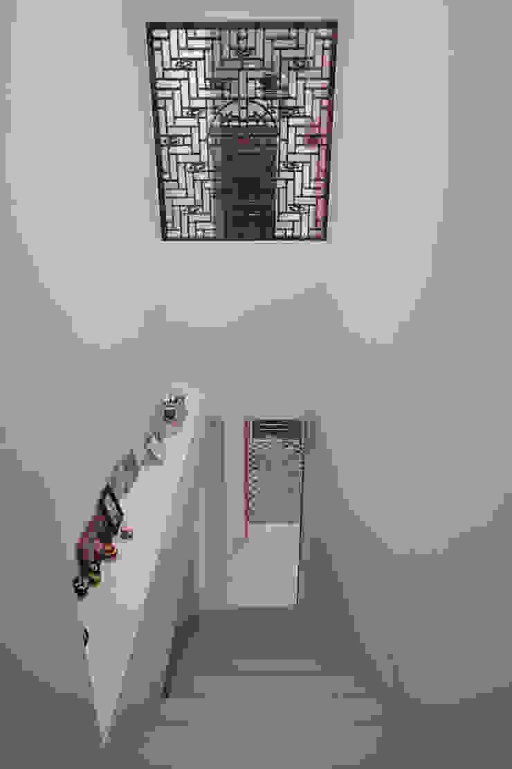 久具歷史的窗花特地被要求一定要保留下來,當房間內拉門拉起也把戶外的光線引進梯間 亞洲風玄關、階梯與走廊 根據 弘悅國際室內裝修有限公司 日式風、東方風 實木 Multicolored