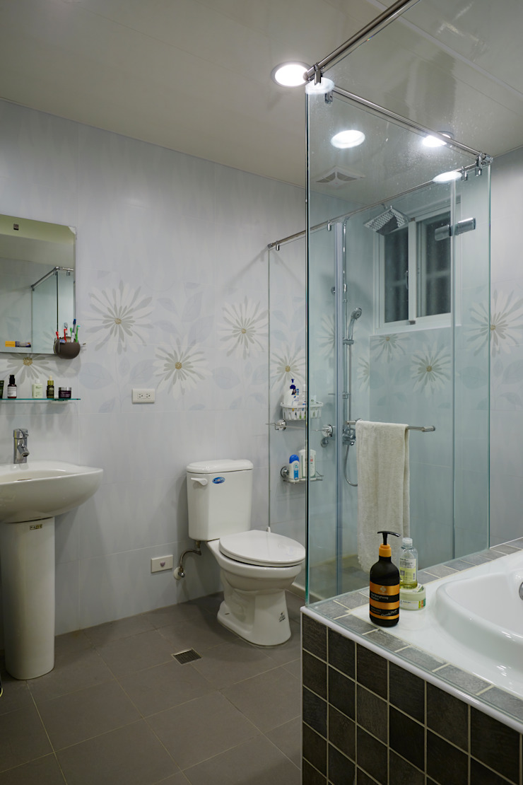 特意做大的浴室是父母陪伴孩子一同成長的最佳空間 現代浴室設計點子、靈感&圖片 根據 弘悅國際室內裝修有限公司 現代風 磁磚
