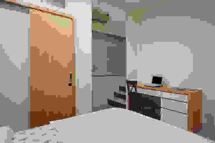 專屬男主人的私密空間即將現形,在作息時間不相同的同時能互不相干擾的空間 Asian style bedroom by 弘悅國際室內裝修有限公司 Asian Concrete