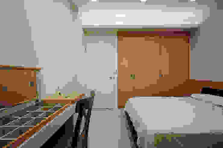 化妝桌的物品收納能保持桌面的整潔清爽,空間自呈現清爽的感覺 根據 弘悅國際室內裝修有限公司 日式風、東方風 木頭 Wood effect