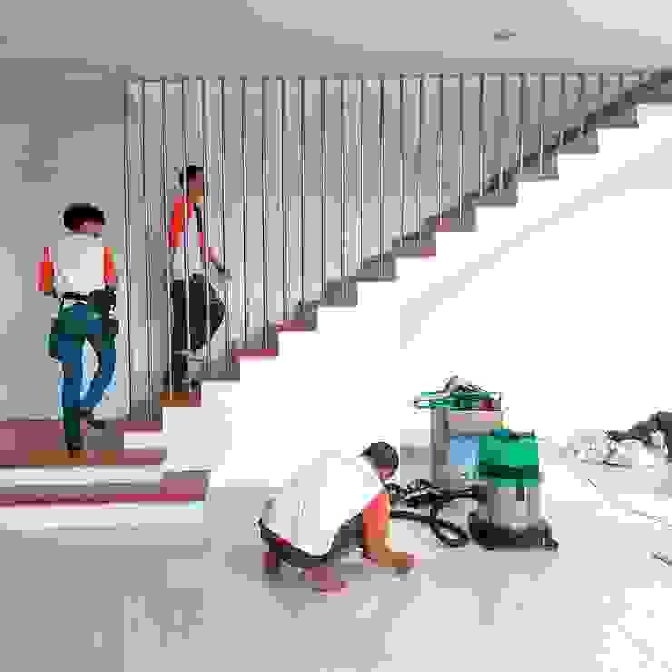 Tường & sàn phong cách tối giản bởi SapuBersih.id Tối giản