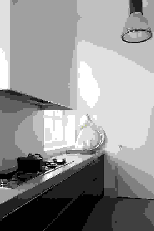 City apartment Minimalistische keukens van J.PHINE Minimalistisch