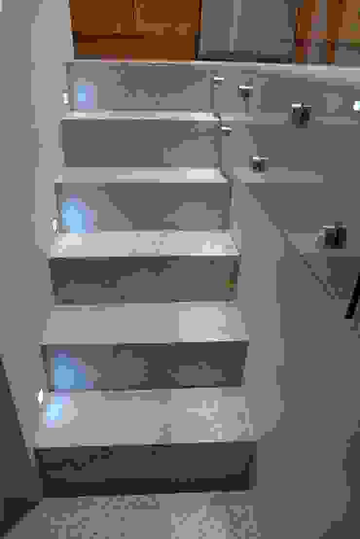 steps to basement Pasillos, vestíbulos y escaleras modernos de Style Within Moderno Hormigón