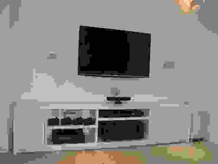 man cave Salas multimedia modernas de Style Within Moderno Hormigón