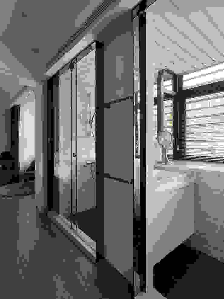 THE NEW WHITE PLACE 現代浴室設計點子、靈感&圖片 根據 大集國際室內裝修設計工程有限公司 現代風