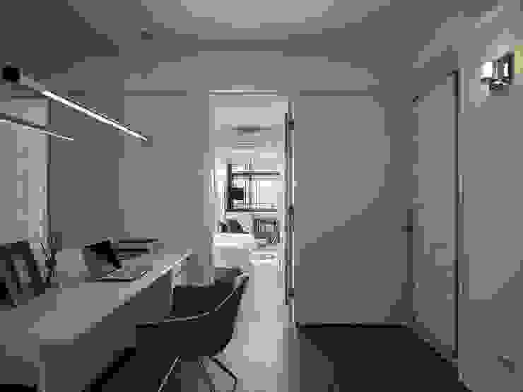 Studio moderno di 大集國際室內裝修設計工程有限公司 Moderno