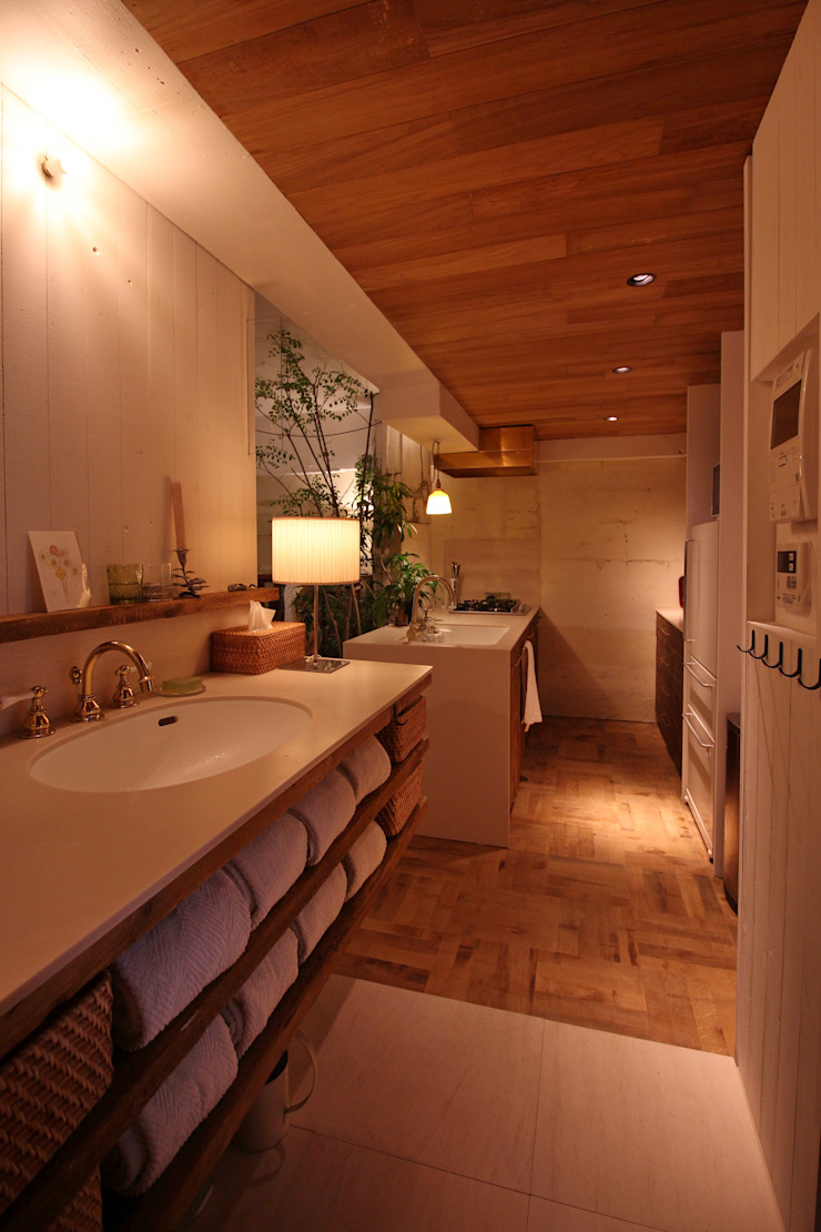 Rustic style bathroom by Mimasis Design/ミメイシス デザイン Rustic Wood Wood effect