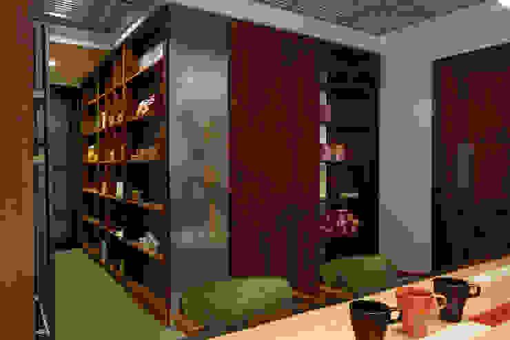 Estudios y despachos de estilo  por 弘悅國際室內裝修有限公司,