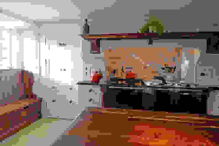 Hand Painted units with American Black Walnut shelf, window seat, door knobs and island top. Hallwood Furniture Cuisine classique Bois massif Blanc