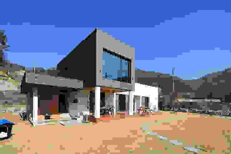 Rumah Modern Oleh 공감로하 건축사사무소 Modern