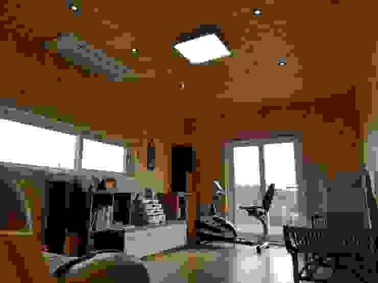 现代客厅設計點子、靈感 & 圖片 根據 우영에코홈 現代風