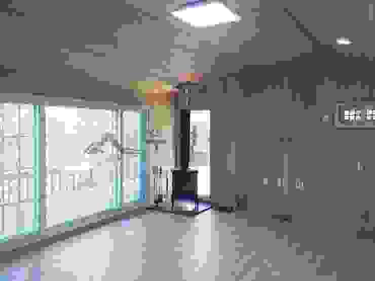 이동식 목조 주택 (모듈러 하우스) 모던스타일 거실 by 우영에코홈 모던