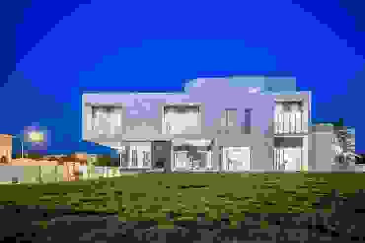 F.Lot House: Casas  por Studio Toggle Porto, Lda,Minimalista