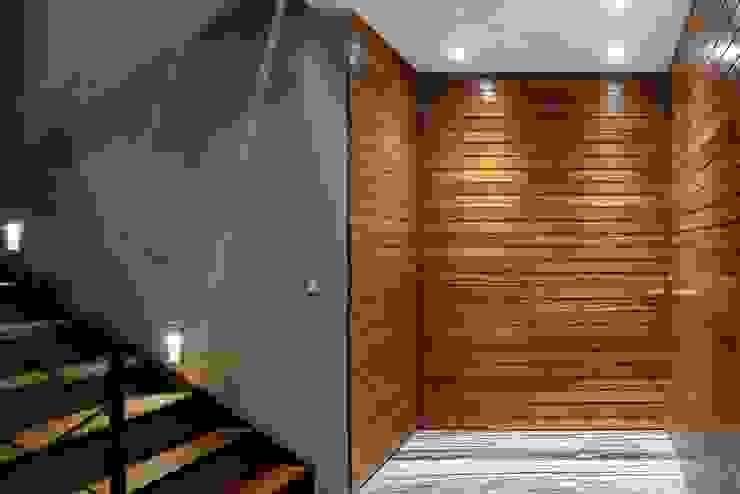 Nowoczesny korytarz, przedpokój i schody od NIVEL TRES ARQUITECTURA Nowoczesny