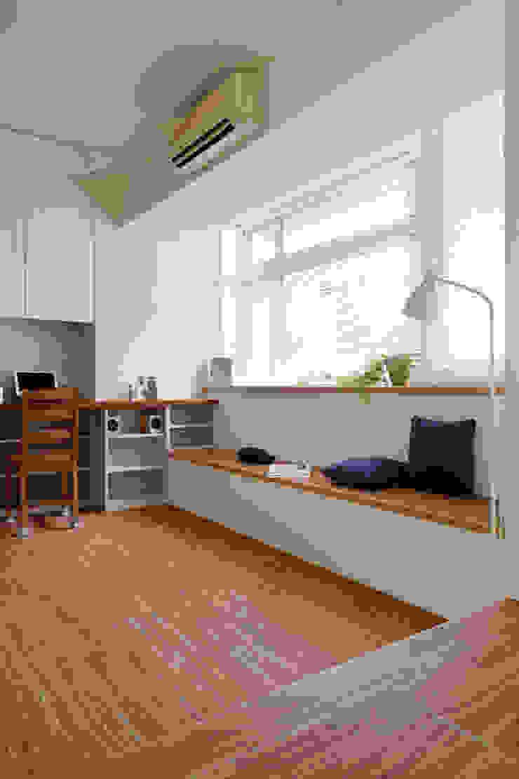 靠邊牆的工作桌以及不像沙發的沙發,減少了傢俱增加了空間感 توسط 弘悅國際室內裝修有限公司 کانتری چوب Wood effect